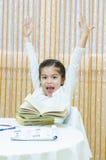 Schoolgirl på henne skrivbord Fotografering för Bildbyråer