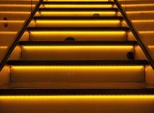 en upplyst trappa Arkivbild