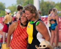 En uppmuntra kram för badstarten av en triathlon Royaltyfri Bild