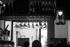En uppsättning av att hänga för alkoholexponeringsglas som är uppochnervänt Arkivbild