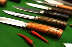 En uppsättning av biffknivar som skarp peppar Royaltyfri Fotografi