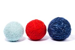 En uppsättning av bollar av tråden för att sticka, isolat, hemlagat handarbete royaltyfri foto