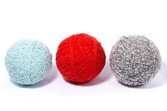 En uppsättning av bollar av tråden för att sticka, isolat, hemlagat handarbete royaltyfri bild