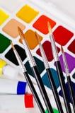 En uppsättning av borstar på bakgrunden av akryl och vattenfärgen Fotografering för Bildbyråer