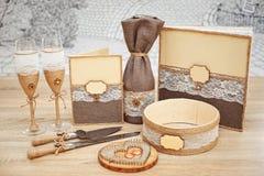 En uppsättning av brölloptillbehör som dekoreras i kulöra band och smycken arkivbilder