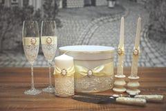 En uppsättning av brölloptillbehör som dekoreras i kulöra band och smycken royaltyfri fotografi
