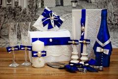En uppsättning av brölloptillbehör som dekoreras i kulöra band och smycken royaltyfria bilder