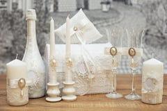 En uppsättning av brölloptillbehör som dekoreras i kulöra band och smycken arkivfoton