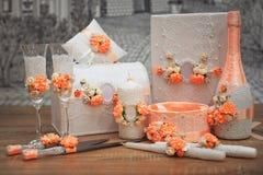 En uppsättning av brölloptillbehör som dekoreras i kulöra band och smycken Fotografering för Bildbyråer