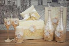 En uppsättning av brölloptillbehör som dekoreras i kulöra band och smycken royaltyfria foton
