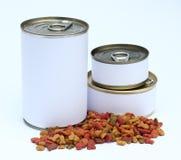 En uppsättning av can och torkad katter/hundkapplöpningmat med etiketten som är klar för ny grafisk design royaltyfri bild
