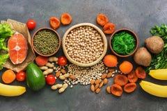 En uppsättning av foods som är höga i kalium i rad på en mörk bakgrund Sunt allsidigt m?l B?sta sikt, lekmanna- l?genhet royaltyfria bilder
