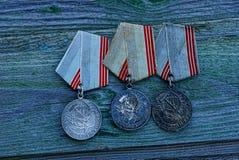En uppsättning av gamla sovjetiska medaljer för samvetsgrant arbete royaltyfria bilder