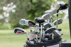 En uppsättning av golfklubbar arkivfoton