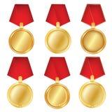 En uppsättning av guld Utmärkelsemedaljer som isoleras på vit bakgrund Vektorillustration av vinnarebegreppet första ställe vektor illustrationer