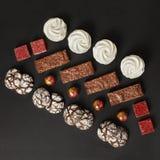 En uppsättning av hemlagade sötsaker: nissen, marshmallower, kakor, marmelad och godisar arkivfoton
