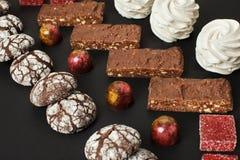 En uppsättning av hemlagade sötsaker: nissen, marshmallower, kakor, marmelad och godisar arkivfoto