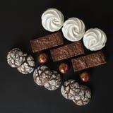 En uppsättning av hemlagade sötsaker: nissen, marshmallower, kakor och godisar royaltyfria bilder