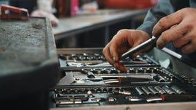En uppsättning av hjälpmedel för reparation i bilservice, slut upp stock video