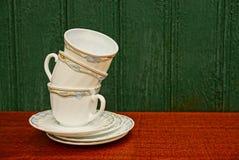 En uppsättning av koppar och tefat Royaltyfria Bilder