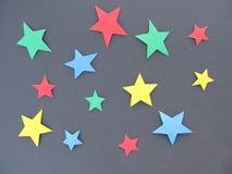 En uppsättning av kulöra stjärnor på en svart bakgrund Royaltyfri Fotografi