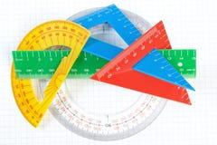 En uppsättning av kulöra trianglar och linjer gradskivor för att dra. Royaltyfria Bilder