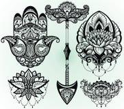 En uppsättning av lotusblomma, hamsa, pil Garnering i etnisk orientalisk stil på vit bakgrund stock illustrationer