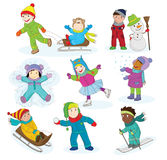 En uppsättning av lyckliga barn som spelar i snö och har gyckel under vintersemestern Royaltyfri Fotografi