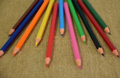 En uppsättning av mång--färgade blyertspennor som planläggs för barns kreativitet royaltyfri fotografi