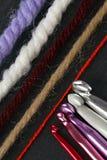 En uppsättning av mång--färgade krokar av olika format för handwork Royaltyfria Foton
