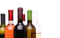 En uppsättning av många flaskor av vin Arkivfoto
