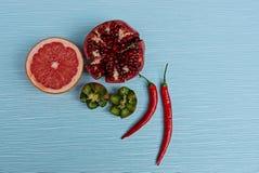 En uppsättning av nya mogna frukter och röda peppar på en blå tabell Royaltyfria Foton