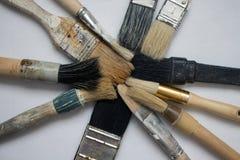 En uppsättning av olika format av borstar för att måla Arkivfoto