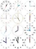 En uppsättning av olika mekaniska klockor med en bild av varje av de tolv timmarna Royaltyfria Bilder
