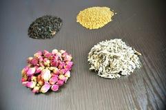En uppsättning av olika teer - rosa färg, svart som är växt-, guling royaltyfri foto