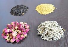 En uppsättning av olika teer - rosa färg, svart som är växt-, guling arkivfoton