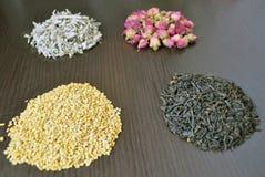 En uppsättning av olika teer - rosa färg, svart som är växt-, guling arkivbilder