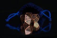 En uppsättning av polyhedral tärning som används för rollen som spelar lekar liksom Dun royaltyfria foton