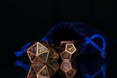 En uppsättning av polyhedral tärning som används för rollen som spelar lekar liksom Dun royaltyfri fotografi