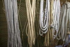 En uppsättning av rep och förtjänar Royaltyfria Bilder