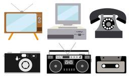 En uppsättning av retro elektronik, teknologi Gammalt tappning som var retro, hipsteren, antik kinescopeTV, dator med disketten,  stock illustrationer