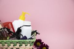 En uppsättning av skönhetsmedel som en gåva till kvinnan En gåva för mars 8, dagen av vänner eller födelsedag arkivfoto