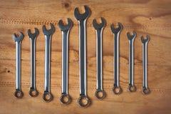 En uppsättning av skiftnycklar på det wood mjölet Arkivbild