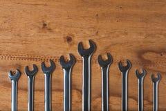 En uppsättning av skiftnycklar på det wood mjölet arkivbilder