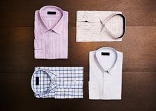 En uppsättning av 4 skjortor för man` s Arkivfoton