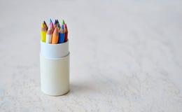 En uppsättning av små kulöra blyertspennor Arkivfoto
