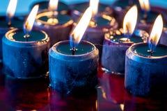 En uppsättning av tolv svarta stearinljus tände sammanträde på en stor pöl av blod Perfekt läskig bakgrund för allhelgonaafton royaltyfri bild