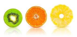En uppsättning av tropiska frukter för halvor: kiwi mandarin, ananas Arkivfoto