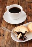En uppsättning för turkiskt kaffe med Cezve färspajer och vit kuper, tjänat som på trätabellen Fotografering för Bildbyråer