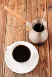 En uppsättning för turkiskt kaffe med Cezve på trätabellen Royaltyfria Bilder